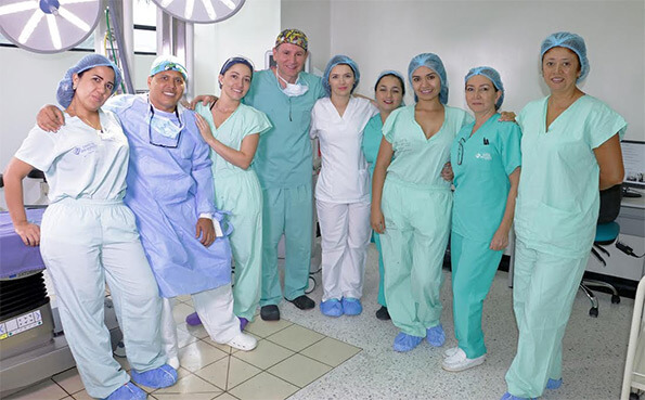 Equipo de cirugía del Dr. Víctor Reyes