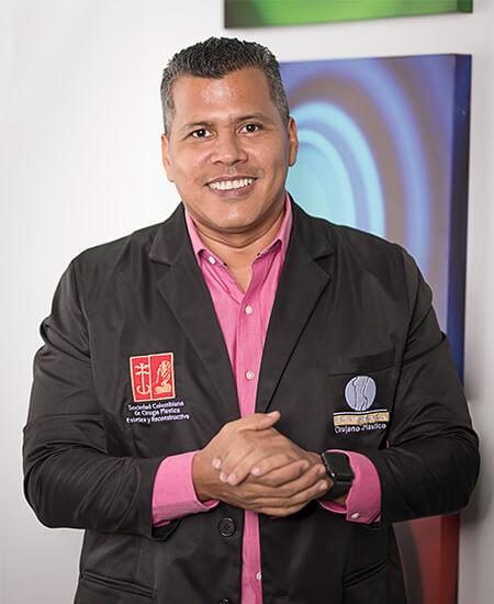 Imagen del Dr. Víctor Reyes  - Cirujano Plástico, en su consultorio de Pereira.